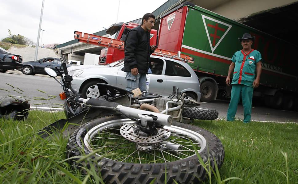 Motoqueiro e sua moto após acidente na marginal Tietê, próximo da ponte da Casa Verde, em São Paulo; mortes envolvendo motos subiram em 2010 <b>