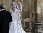 Kate Middleton acena para o público ao chegar à abadia de Westminster <a href=
