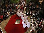 Convidados se preparam para início do casamento na abadia de Westminster <a href=