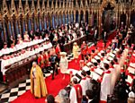 O príncipe Charles e a duquesa de Cornwall, seguidos da rainha da Inglaterra, Elizabeth II e o duque de Edinburgo entram na abadia de Westminster <a href=
