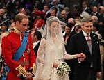 Kate Middleton é 'entregue' ao príncipe William na abadia de Westminster <a href=