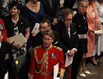 O cantor Elton John e seu parceiro David Furnish aguardam o início do casamento na abadia de Westminster <a href=