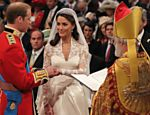 Príncipe William coloca aliança em Kate Middleton durante cerimônia de casamento na abadia de Westminster <a href=