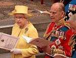Rainha Elizabeth II, príncipe Philip e príncipe Charles cantam durante missa de celebração do casamento do príncipe William e Kate Middleton <a href=