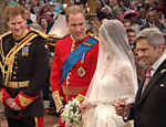 Os príncipes Harry e William, Kate Middleton e seu pai, Michael Middleton, no altar da abadia de Westminster durante o casamento <a href=