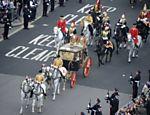 Rainha Elizabeth II e o príncipe Philip deixam a abadia de Westminster em carruagem <a href=