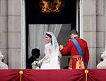 Kate e o príncipe William deixam sacada do palácio de Buckingham após tão esperado beijo <a href=