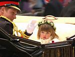 Príncipe Harry acena para pessoas durante ida para o palácio de Buckinghan <a href=