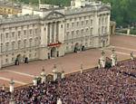 Pessoas se juntam em frente ao palácio de Buckinghan para ver o príncipe William e Kate Middleton <a href=