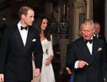 O príncipe William (à esq.) e o príncipe Charles, acompanhados por Kate e Camilla, deixam a Clarence House, em Londres <a href=