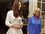 Kate, duquesa de Cambridge, acompanhada de Camilla, duquesa da Cornualha (dir.), deixa a Clarence House a caminho do palácio de Buckingham <a href=