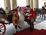 Príncipe William ajuda sua mulher, Kate, a descer de carruagem no palácio de Buckingam <a href=