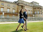 William e Kate caminham nos jardins do palácio de Buckingham, em Londres (Reino Unido), um dia depois de se casarem <a href=