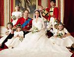 Kate exibe o glamour de seu vestido em uma foto com o marido, príncipe William, e suas daminhas e pajens <a href=