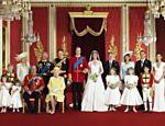 Os noivos aparecem cercados dos irmãos, pais e daminhas e pajens, além da rainha, em tradicional foto <a href=
