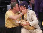 Will Ferrell beija ator na boca em jogo de basquete <b><a href=