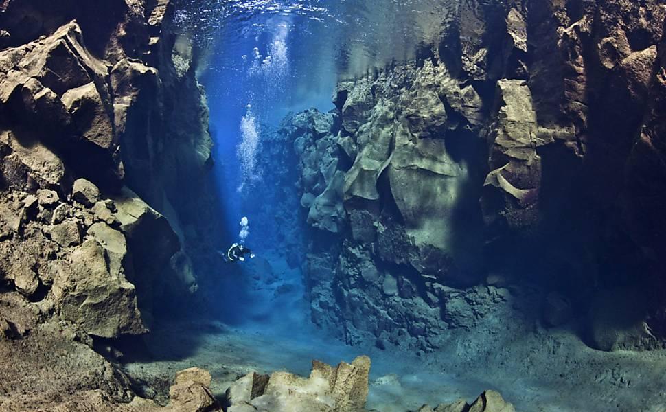 Mergulhador fotografa placas tectônicas na Islândia