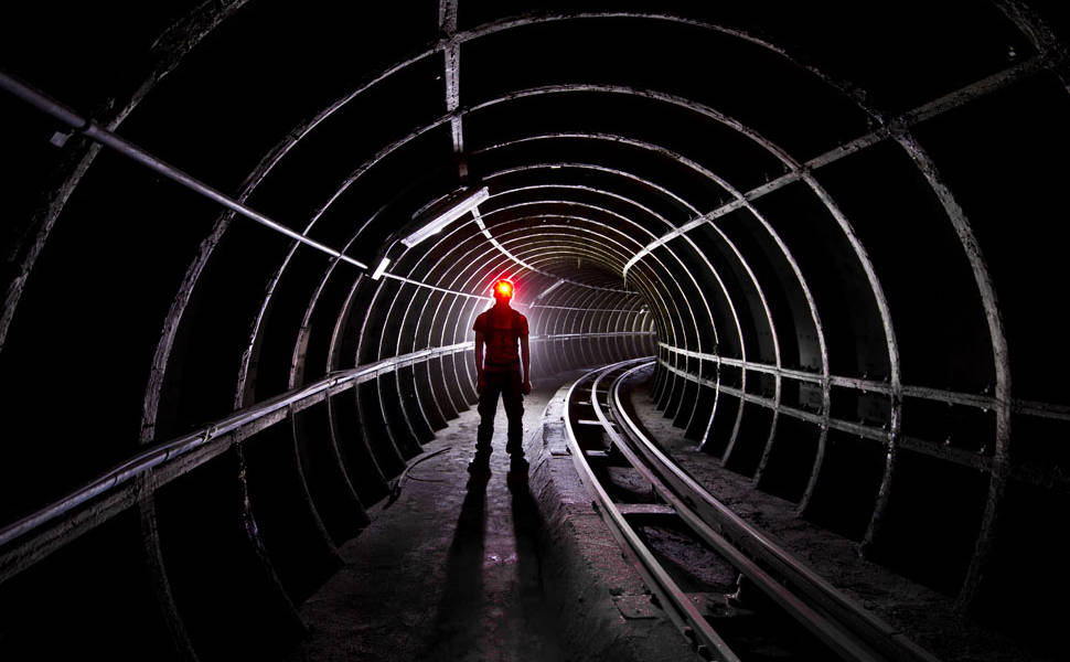Aventureiros exploram ferrovia oculta em Londres