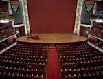 Plateia, que ganhou estofamento e carpetes vermelhos, e palco em formato de ferradura