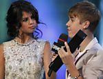 Nesta foto, Selena Gomez entrega a Justin Bieber o prêmio Ur Fav Artist durante o MuchMusic Video Awards, em Toronto (Canadá)