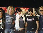 A partir da esq., Slash, Duff McKagan, Scott Weiland, Dave Kushner e Matt Sorum, ainda na banda Velvet Revolver, posam para fotografia durante entrevista coletiva em Toronto (Canadá) <a href=