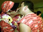 Nesta foto, Ney Latorraca beija Jorge Fernando durante o carnaval de 2001