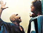 O grande vilão da história, Lord Voldemort (Ralph Fiennes), ameaça o mago adolescente em