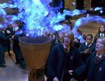 Os gêmeos James e Oliver Phelps observam o Cálice de Fogo no quarto filme da série