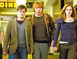 Harry (Daniel Radcliffe), Ron (Rupert Grint) e Hermione (Emma Watson) em cena de