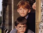 O trio de bruxinhos Ron Weasley (Rupert Grint), Harry Potter (Daniel Radcliffe) e Hermione Granger (Emma Watson), protagonistas da saga em