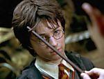 O jovenzinho Harry Potter recebe ensinamentos em Hogwarts. A cena é de