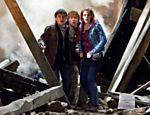 Harry, Ron e Hermione na destruída Hogwarts em