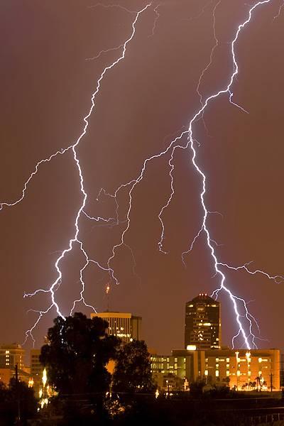 Britânico corre o mundo para fotografar tempestades