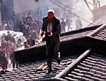Richard Gere corre em telhado de cenário construído para mimetizar antigo vilarejo chinês, na gravação do filme