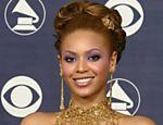 Beyoncé Knowles exibe os 5 troféus do Grammy 2004 que ganhou em Los Angeles (EUA)