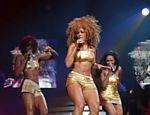 Com cabelo bastante diferente do que costuma mostrar hoje, Beyoncé e o trio pop Destiny's Child cantam em Londres (Inglaterra)