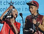 Willow Smith, ao lado do irmão Jaden, aceita o prêmio YoungStars de 2011, durante o BET Awards, em Los Angeles