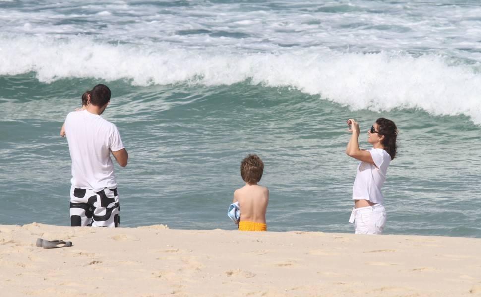 Giovanna Antonelli leva filhos à praia no Rio