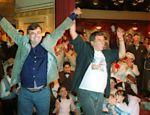 Ao lado de Jorge Fernando, Walcyr acena durante evento promocional da novela