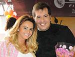 Leandro Hassum posa para foto ao lado de Viviane Araújo durante a festa de anivesário do promoter Tony Lemos, no Rio