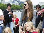 Angelina leva Shiloh e os gêmeos Vivienne e Knox ao aquário de Londres