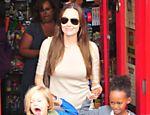 Angelina com as filhas Shiloh e Zahara em loja de brinquedos em Londres