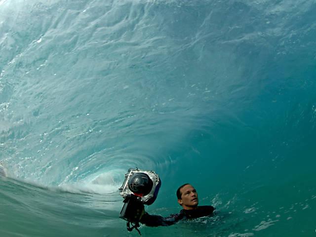 Surfista que fotografa ondas por dentro ganha prêmio e exposição