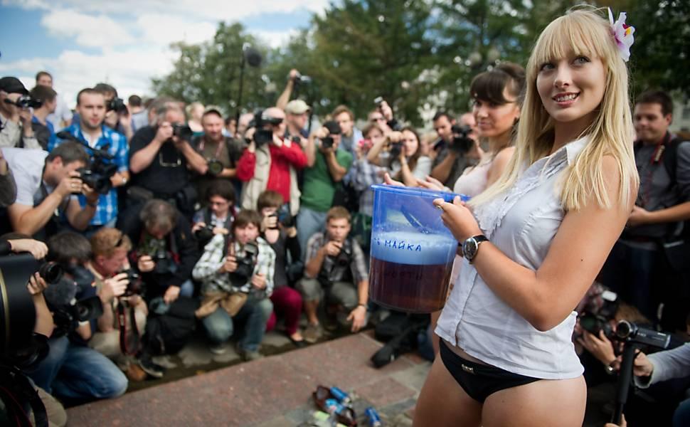 Russas usam biquíni em apoio a Medvedev