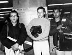 Rumo à União Soviética, Marcelo Tas aguarda hora do embarque no aeroporto de Guarulhos (SP), junto da equipe responsável pelas aventuras de Ernesto Varela