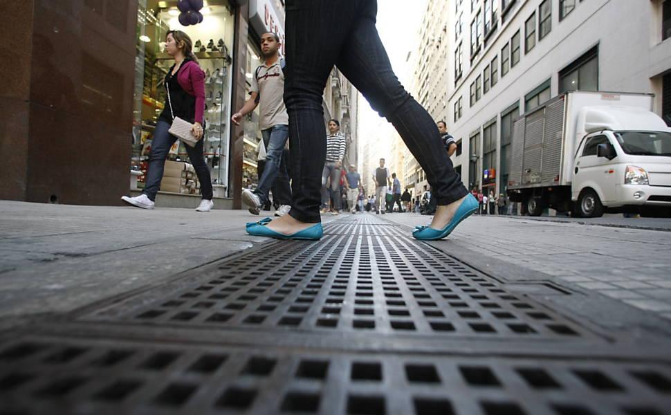 Pedestre sofre para caminhar até em calçadas em São Paulo