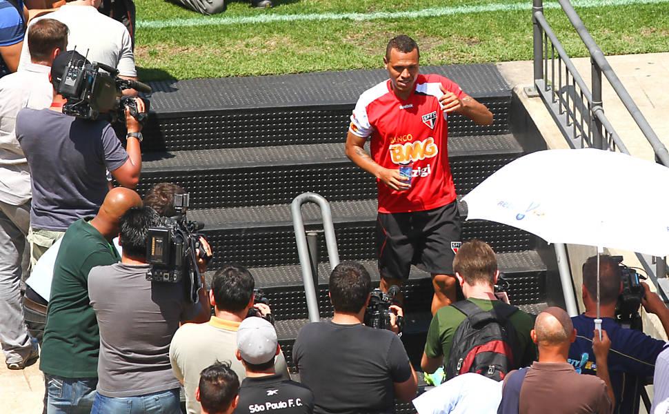 Luis Fabiano treina para reestreia