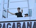 Justin Bieber cumprimenta fãs em sacada do Copacabana Palace