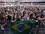 Fãs do cantor canadense Justin Bieber, esperam o início do show no estádio do Morumbi em São Paulo