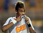 Neymar comemora um dos quatro gols contra o Atlético-PR, no Pacaembu, pelo Brasileiro